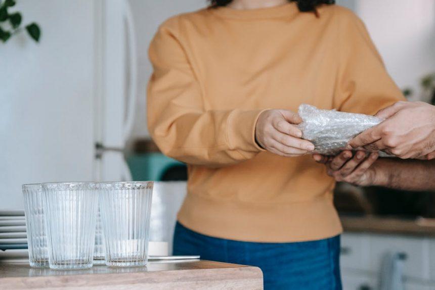 4 praktiski padomi, kā pārceļoties sapakot virtuves piederumus